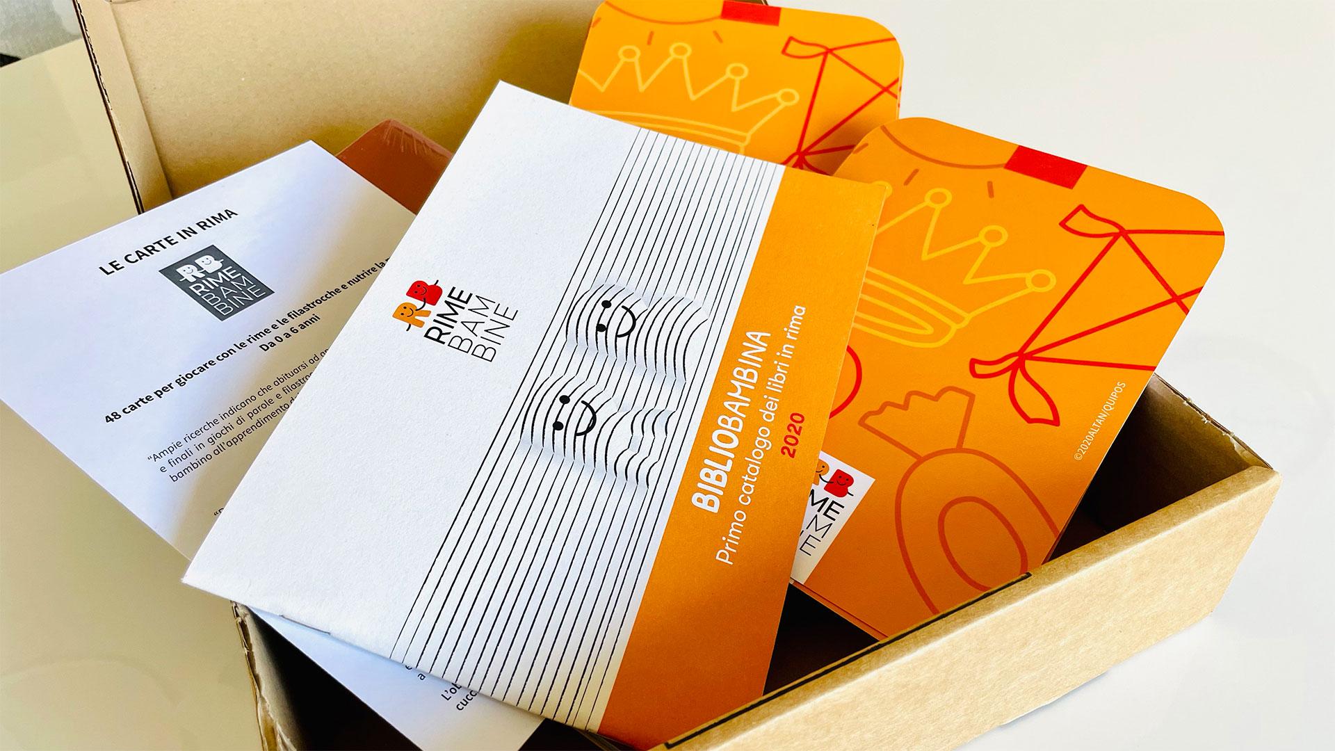 Contenuto scatola Rime Bambine con catalogo e carte gioco bambini