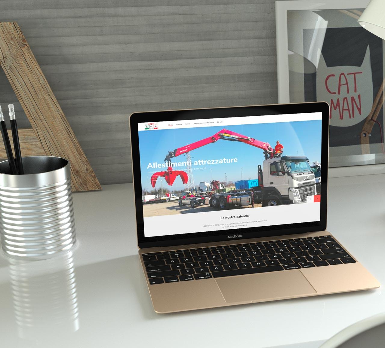 Anteprima Sito web aziendale personalizzato SML sul portatile sulla scrivania