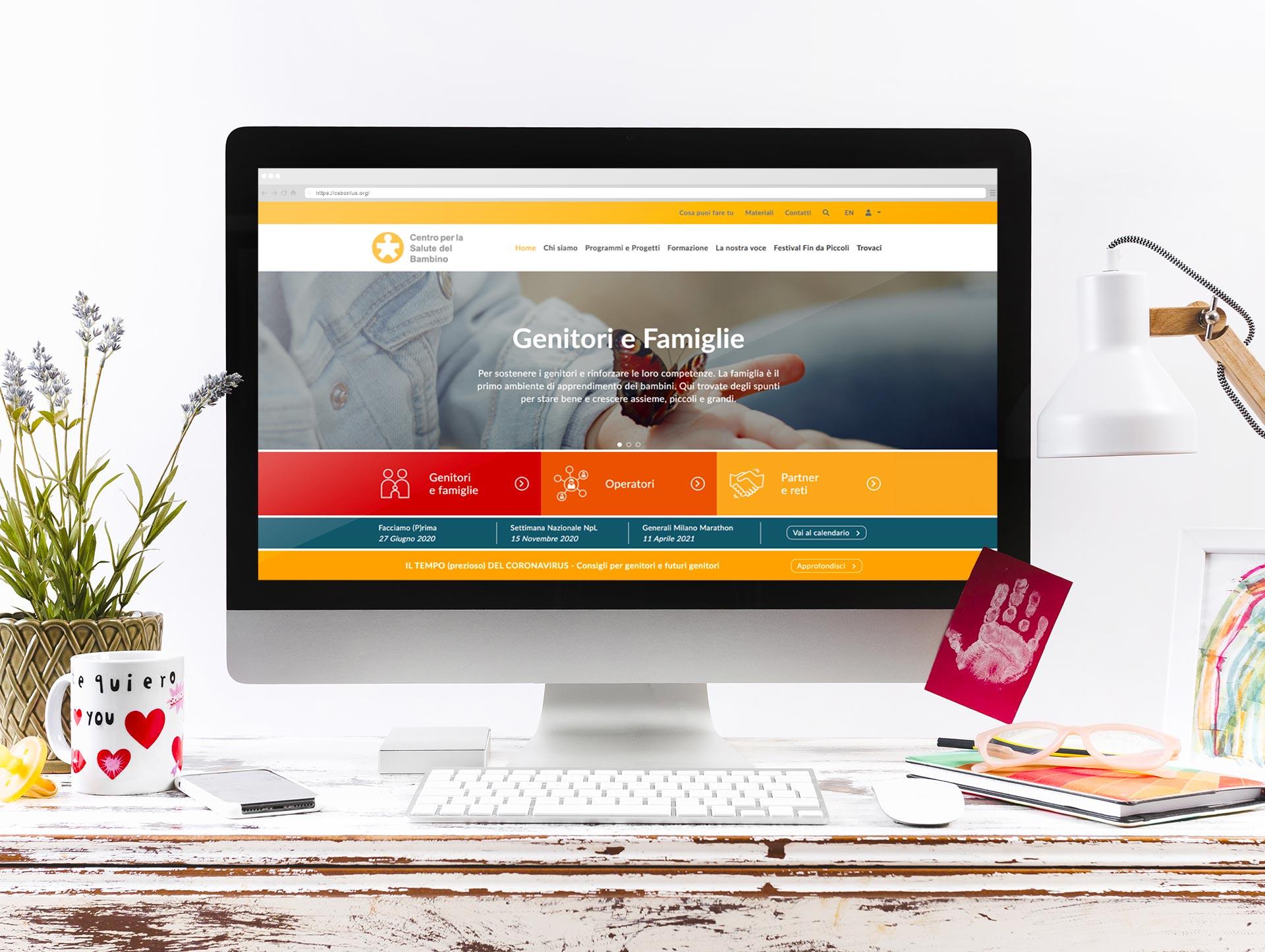 Scrivania con computer e sito CSB visualizzato