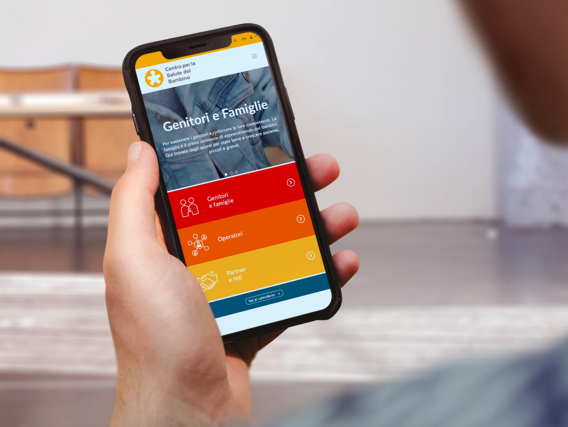 Mano che tiene un iphone con sito CSB mobile